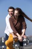 愉快的年轻夫妇骑马自行车 免版税库存照片