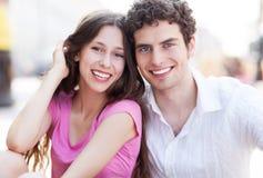 愉快的年轻夫妇 免版税库存照片