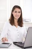 愉快的年轻女商人在银行中-咨询为退休金 免版税库存照片