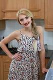 愉快的主妇在厨房里 免版税图库摄影