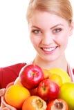 愉快的主妇或厨师被隔绝的厨房围裙提供的果子的 库存图片