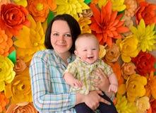 愉快的年轻妈妈和小儿子 免版税库存照片