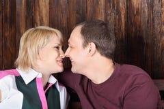愉快的妻子和丈夫接触鼻子 免版税图库摄影