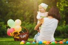 愉快的婴孩和妈妈充当绿色公园 免版税库存照片