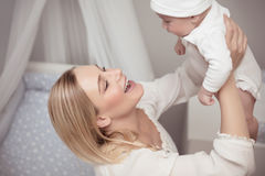 愉快的婴孩她的母亲 库存图片