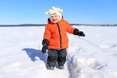 愉快的婴孩户外在冬天 免版税库存照片