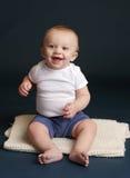 愉快的婴孩笑的微笑 免版税库存图片