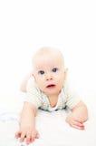愉快的婴孩 蓝眼睛 毯子的逗人喜爱的矮小的婴孩和看照相机 一个小孩子学会爬行 图库摄影