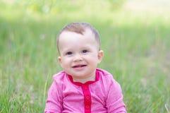 愉快的婴孩画象在夏天户外 免版税库存照片