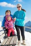 愉快的年轻家庭在冬天假期 免版税图库摄影
