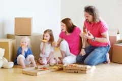 愉快的年轻家庭在他们新的家 免版税库存图片