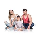 愉快的年轻家庭坐地板, 库存照片