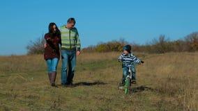 愉快的年轻家庭有散步在秋天 股票录像