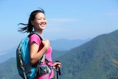 愉快的登山人妇女山峰 免版税库存照片