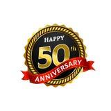 愉快的50年与圆环和丝带的周年金黄徽章商标 向量例证