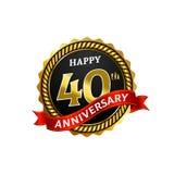 愉快的40年与圆环和丝带的周年金黄徽章商标 向量例证