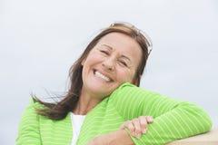 愉快的轻松的微笑的妇女 免版税库存图片