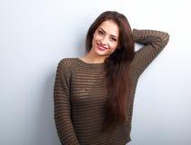 愉快的年轻正面微笑在温暖的swea的情感深色的妇女 免版税图库摄影