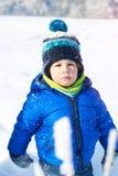 愉快的2年步行的男婴在冬天公园 免版税图库摄影