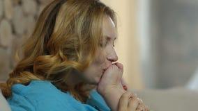 愉快的年轻母亲亲吻的女婴` s脚 股票视频