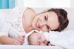 愉快的年轻母亲和小婴孩 库存图片