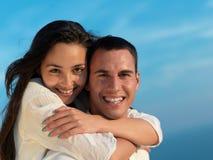愉快的年轻浪漫夫妇安排乐趣arelax在家放松 库存图片