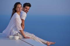 愉快的年轻浪漫夫妇安排乐趣arelax在家放松 图库摄影