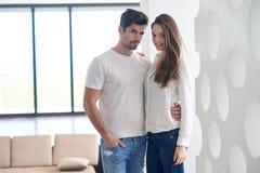愉快的年轻浪漫夫妇安排乐趣arelax在家放松 库存照片