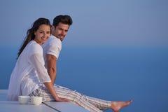 愉快的年轻浪漫夫妇安排乐趣arelax在家放松 免版税图库摄影