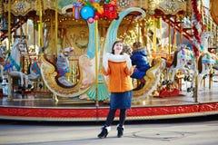 愉快的年轻游人在巴黎在一个冬日 库存图片