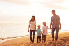 愉快的年轻爱恋的家庭 免版税图库摄影