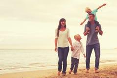 愉快的年轻爱恋的家庭 库存图片