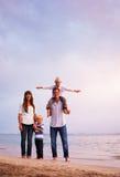 愉快的年轻爱恋的家庭 免版税库存照片