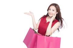 愉快的购物少妇 免版税库存照片