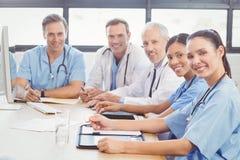 愉快的医疗队画象在会议室 库存图片