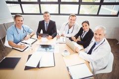 愉快的医疗队画象在会议室 免版税库存照片