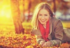 愉快的年轻美丽的妇女在秋天 免版税库存图片