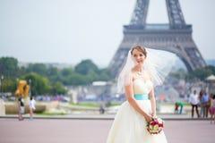 愉快的年轻美丽的新娘在巴黎 图库摄影