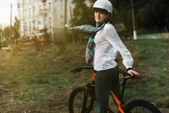 愉快的年轻自行车骑士骑马画象在公园 免版税库存图片