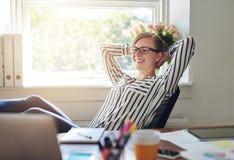愉快的满足的女实业家 免版税库存照片