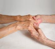 愉快的年长夫妇。握手的老人。 免版税库存照片