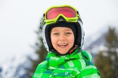 愉快的滑雪者男孩 免版税库存照片