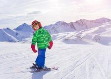 愉快的滑雪者男孩 免版税库存图片