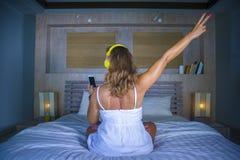 愉快的30s白种人白肤金发的妇女后面画象在床上在家 库存照片