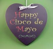 愉快的Cinco de马约角,问候5月5日,事件提示在心形的黑板的手写 图库摄影