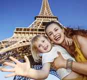 愉快的handwaving反对埃佛尔铁塔的母亲和女儿 免版税库存图片