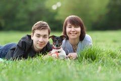 愉快的mather画象与儿子的和狗杰克罗素在夏天停放 免版税图库摄影