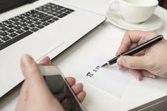 愉快的Pi天,写在黑笔在白色 在书桌上lapto 库存照片