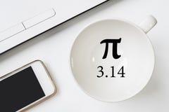 愉快的Pi天,写在黑笔在白色 免版税库存照片
