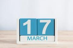 愉快的St Patricks天保存日期 3月17日 天17月,在木桌背景的日历 春天 免版税库存照片